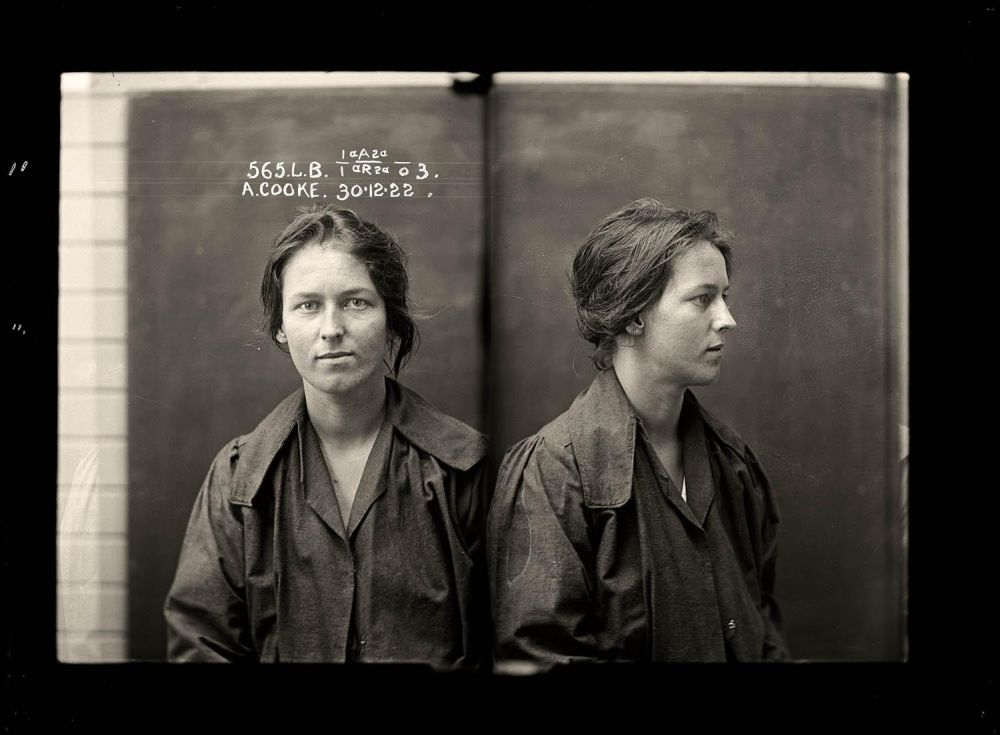 Female-gangster-Mug-Shots-01