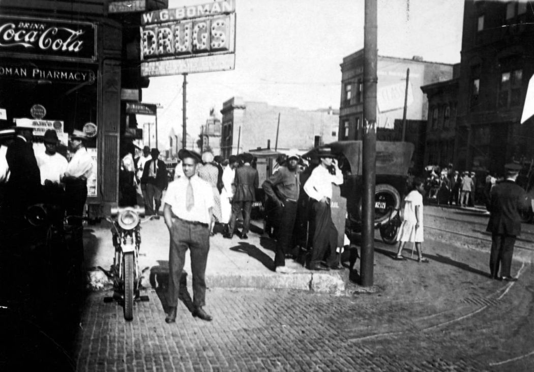 chicago race riots The chicago race riot of 1919 was a major racial conflict of violence committed by ethnic whites americans against black americans that began in chicago, illinois, on july 27, 1919, and ended on august 3.