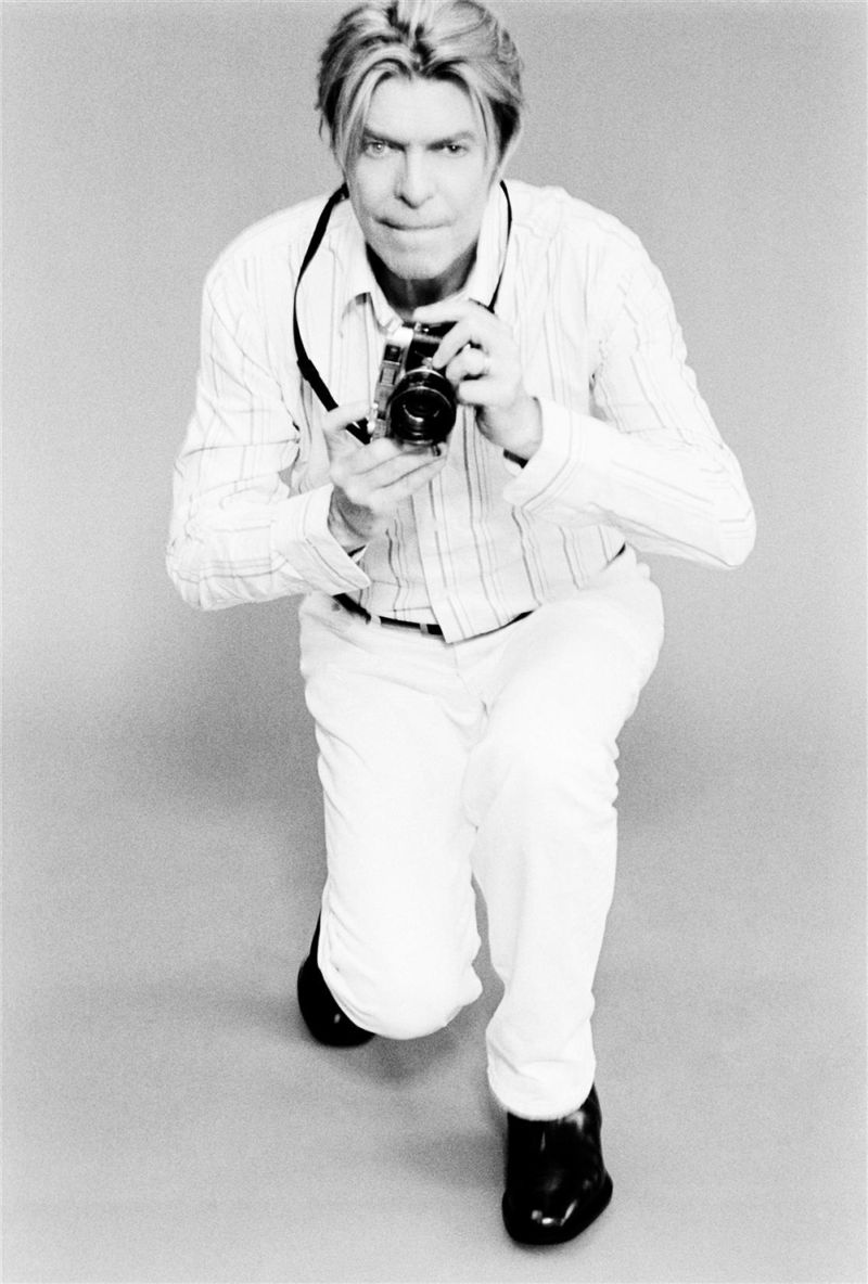 10-black-and-white-photos-of-celebrities-with-cameras-David Bowie