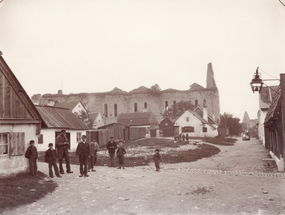 St. Nicolai church ruin, Visby, Gotland, Sweden. People in Visby town with the ruin of Saint Nicolai medieval church in the background. Date: 1890s