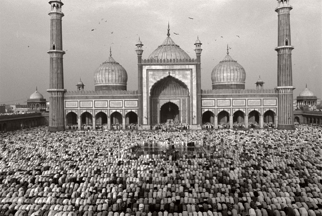 INDIA. 1994.  Delhi. 1994. Jamaa Masjid. Fitr prayer marks the end of Ramadan.