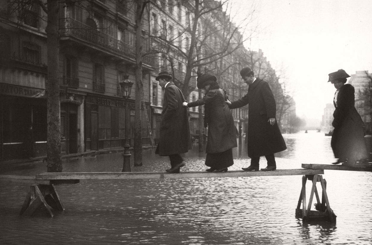 paris-underwater-great-flood-1910-12