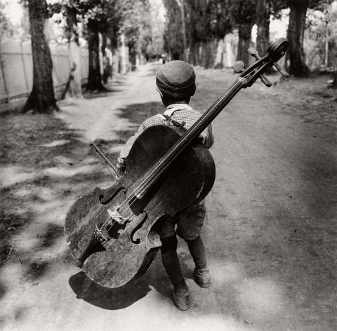 Biography: City / Street photographer Eva Besnyo