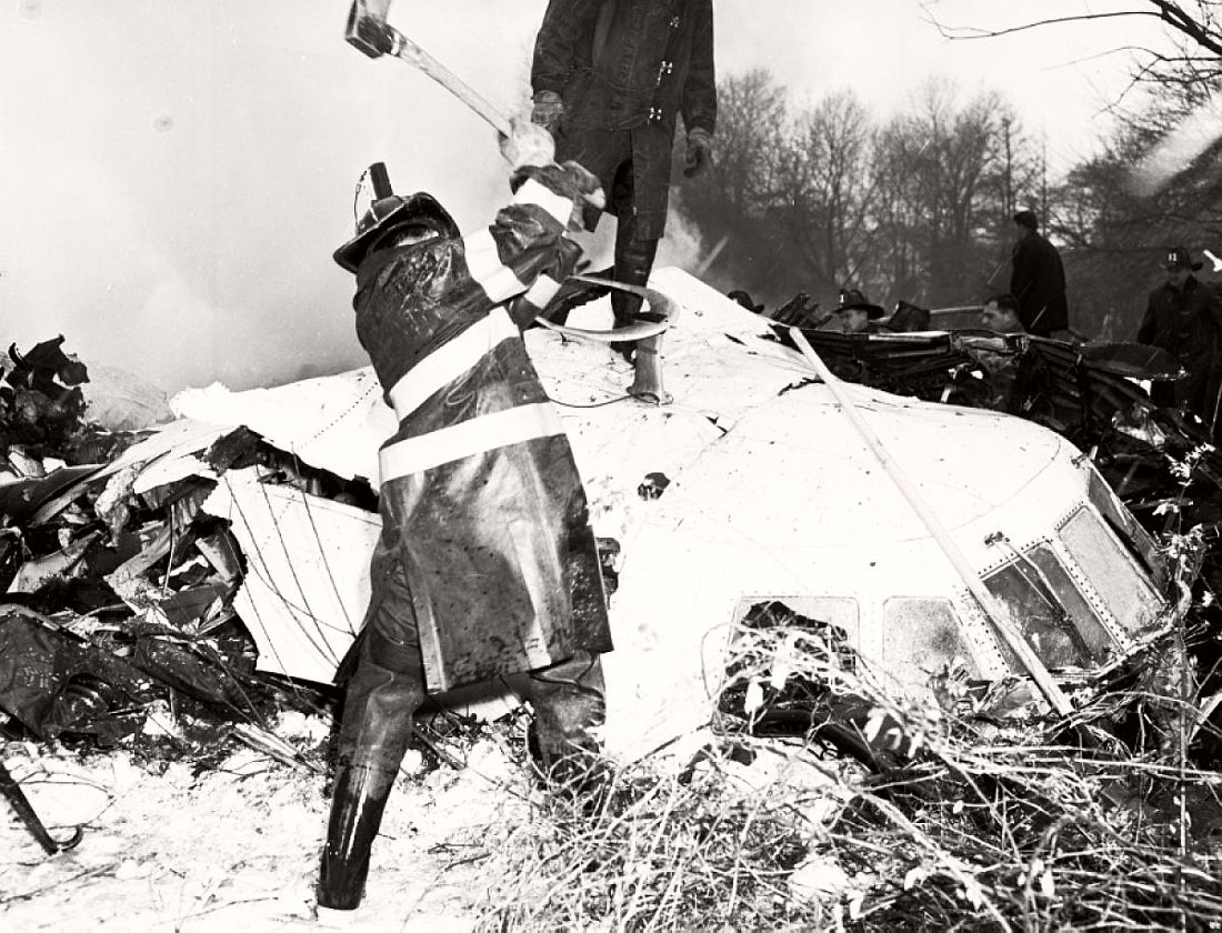 historic-images-of-new-york-city-mid-air-plane-crash-staten-island-park-slope-brooklyn-1960-03