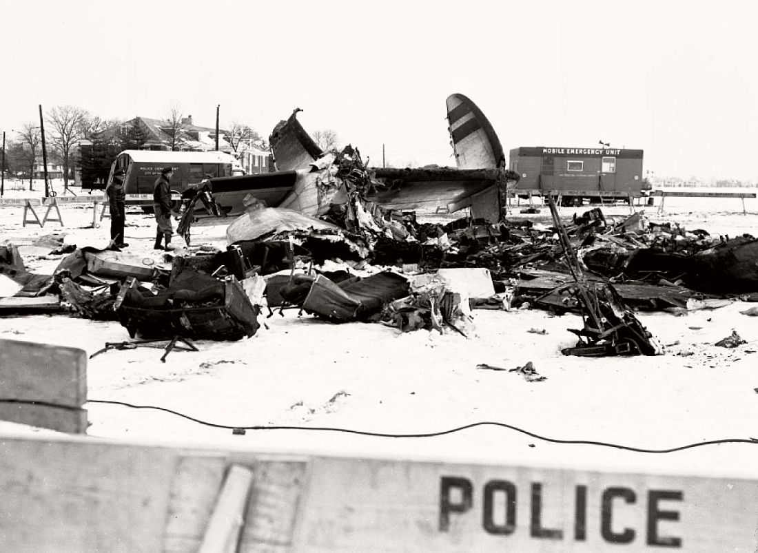 historic-images-of-new-york-city-mid-air-plane-crash-staten-island-park-slope-brooklyn-1960-04