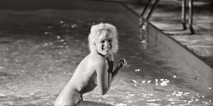 Marilyn Monroe in the pool by Lawrence Schiller (1962)