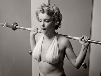 Vintage: Marilyn Monroe working out on her iconic figure (1952)