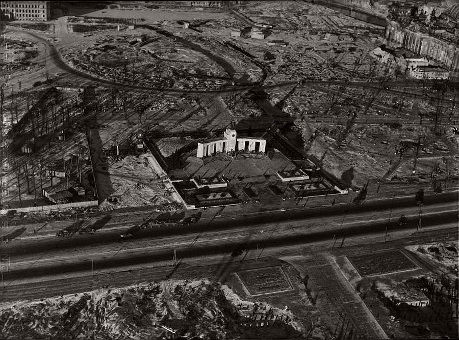 Sowjetisches Ehrenmal im Tiergarten Berlin 1945 1946 AC Byers He