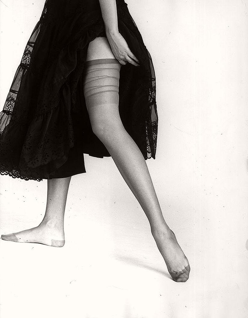 vintage-bw-models-wearing-nylon-stockings-pantyhose-1940s-1950s-03
