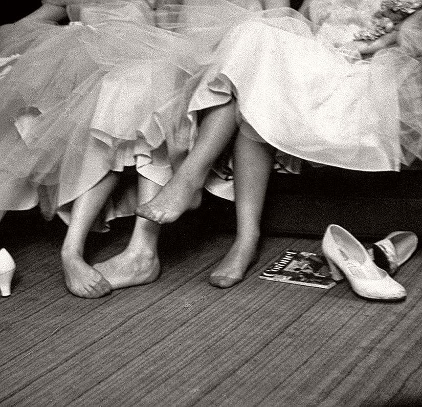 vintage-bw-models-wearing-nylon-stockings-pantyhose-1940s-1950s-04