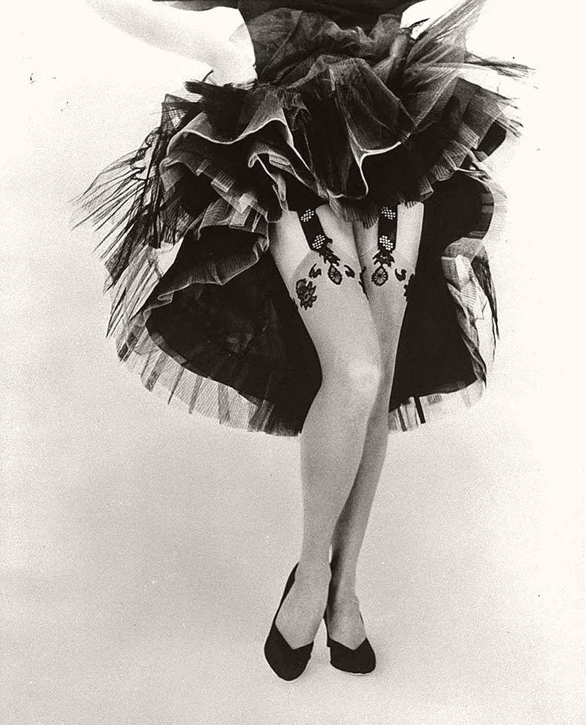 vintage-bw-models-wearing-nylon-stockings-pantyhose-1940s-1950s-05