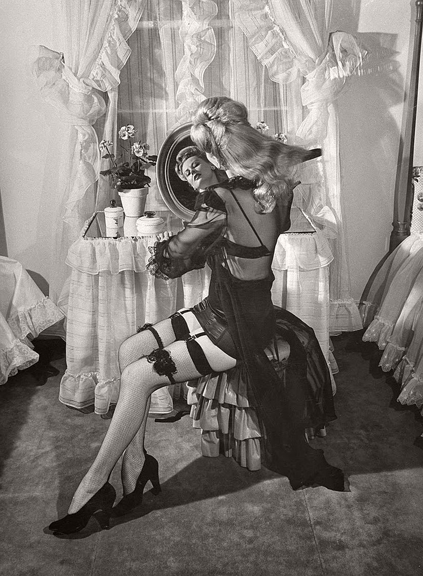 vintage-bw-models-wearing-nylon-stockings-pantyhose-1940s-1950s-12