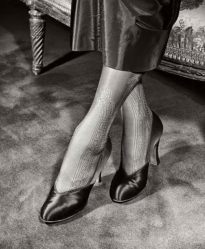 vintage-bw-models-wearing-nylon-stockings-pantyhose-1940s-1950s-13