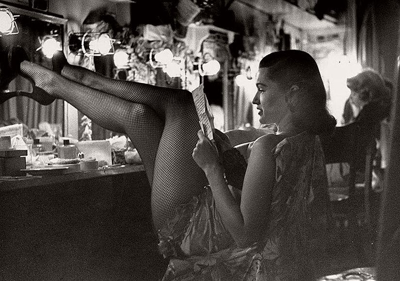 vintage-bw-models-wearing-nylon-stockings-pantyhose-1940s-1950s-14