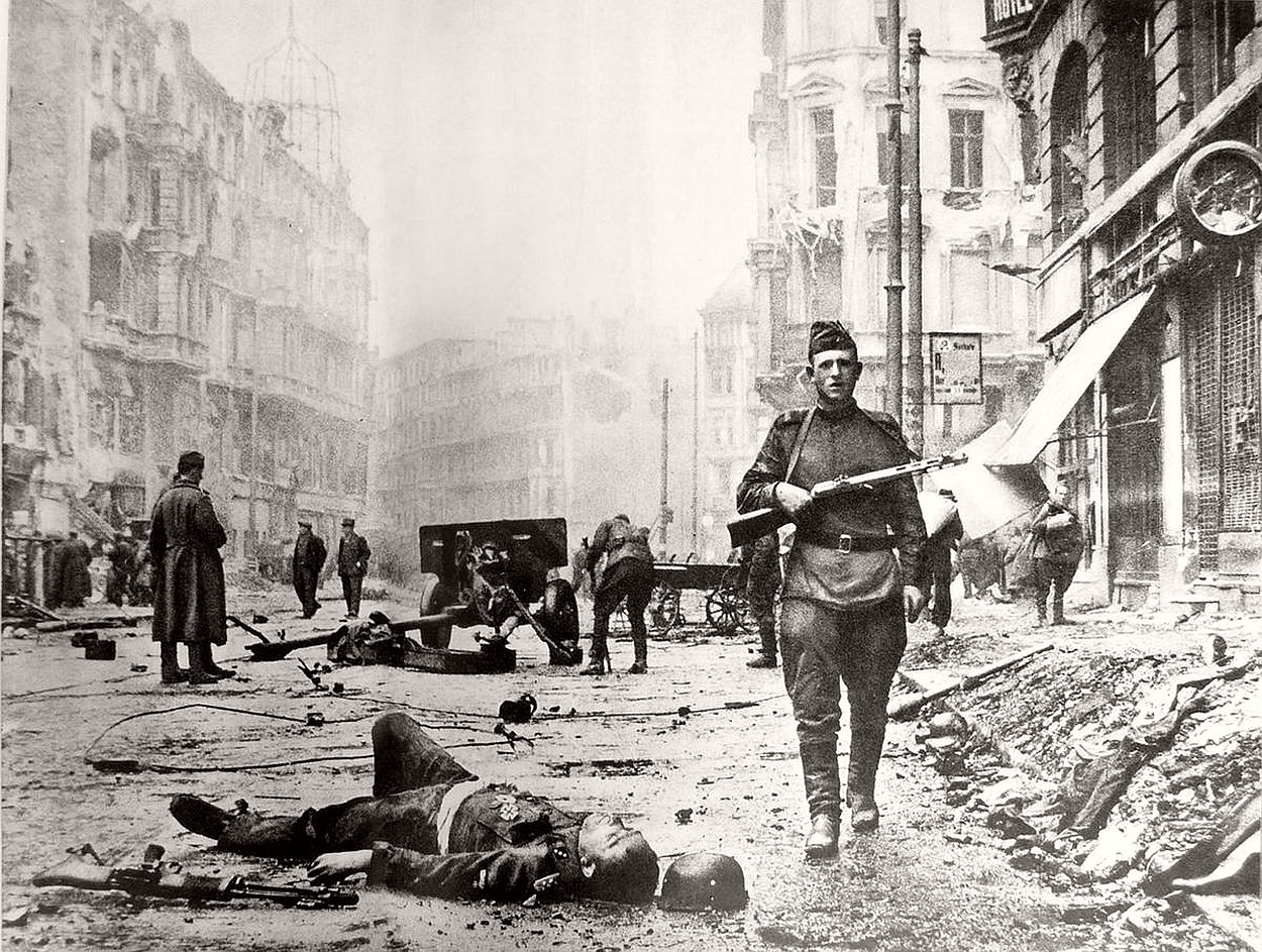 vintage-historic-photos-of-the-battle-of-berlin-1945-b&w-07