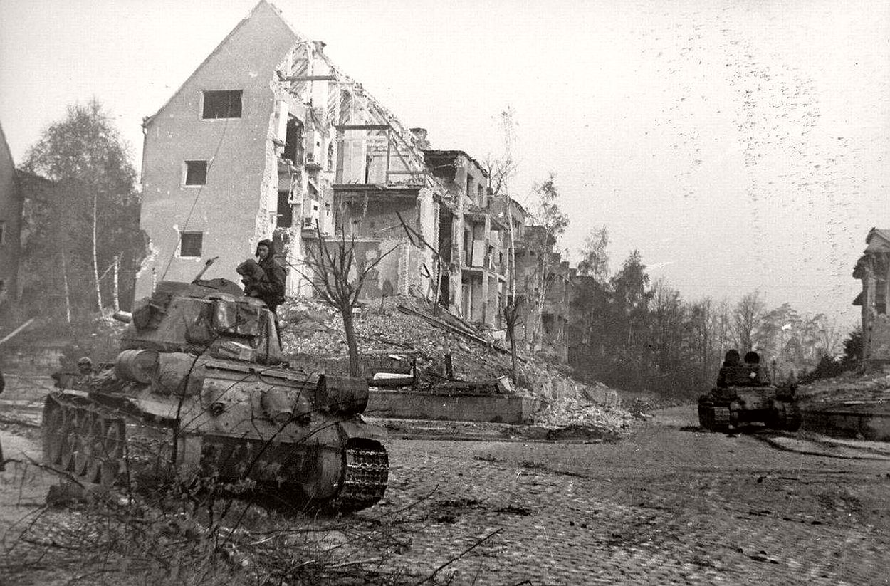 vintage-historic-photos-of-the-battle-of-berlin-1945-b&w-19