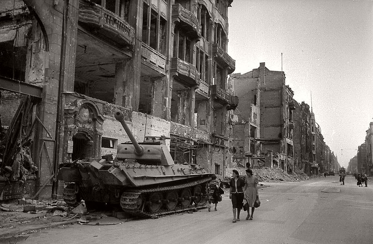 vintage-historic-photos-of-the-battle-of-berlin-1945-b&w-21