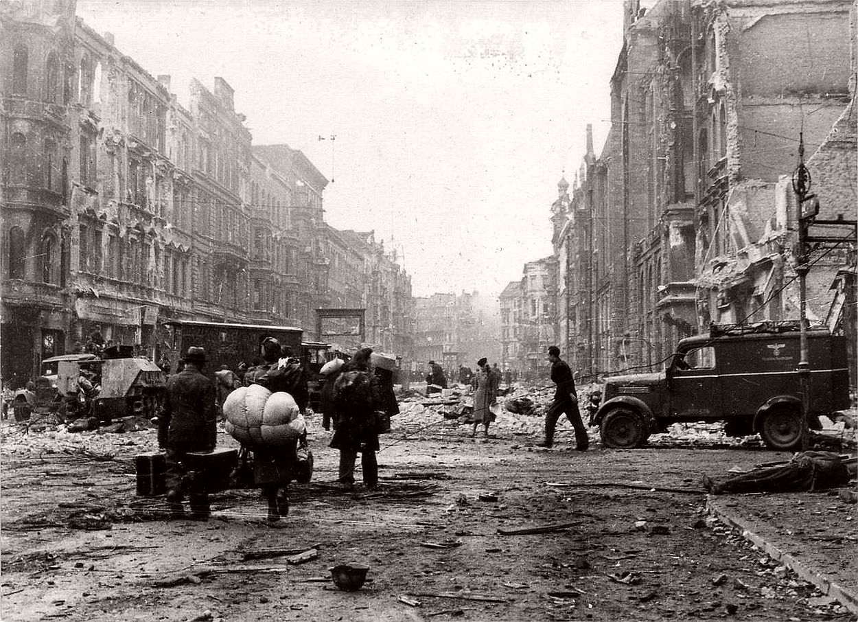 vintage-historic-photos-of-the-battle-of-berlin-1945-b&w-22
