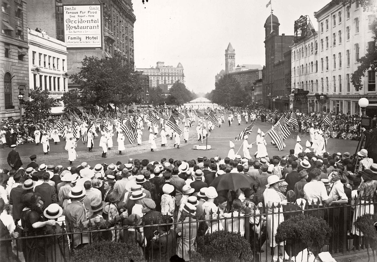 vintage-ku-klux-klan-parade-in-1920s-03