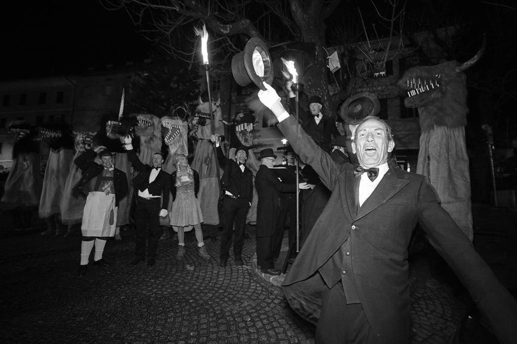 Beginn des Karnevals- Egetmannumzuges in Tramin, der alle ungeraden Jahren stattfindet; Abschlußverkündung der Egetmannhochzeit beim Dorfplatz von Tramin;