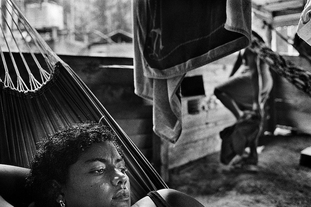 """French Guiana, Ibiza, Ipoussing. Concession miniere, """"garota de programa"""". L'economie de nombreuses colonies de l'Amazonie bresilienne dépend de l'activite aurifere et de ses métiers derives. Pendant que les hommes partent faire les garimpeiros sur les chantiers guyanais, les femmes vont faire des programmes en foret. Elles font la tournee des sites miniers pour rejoindre des clients qu'elles accompagnent quelques jours, en fonction de la production d'or."""
