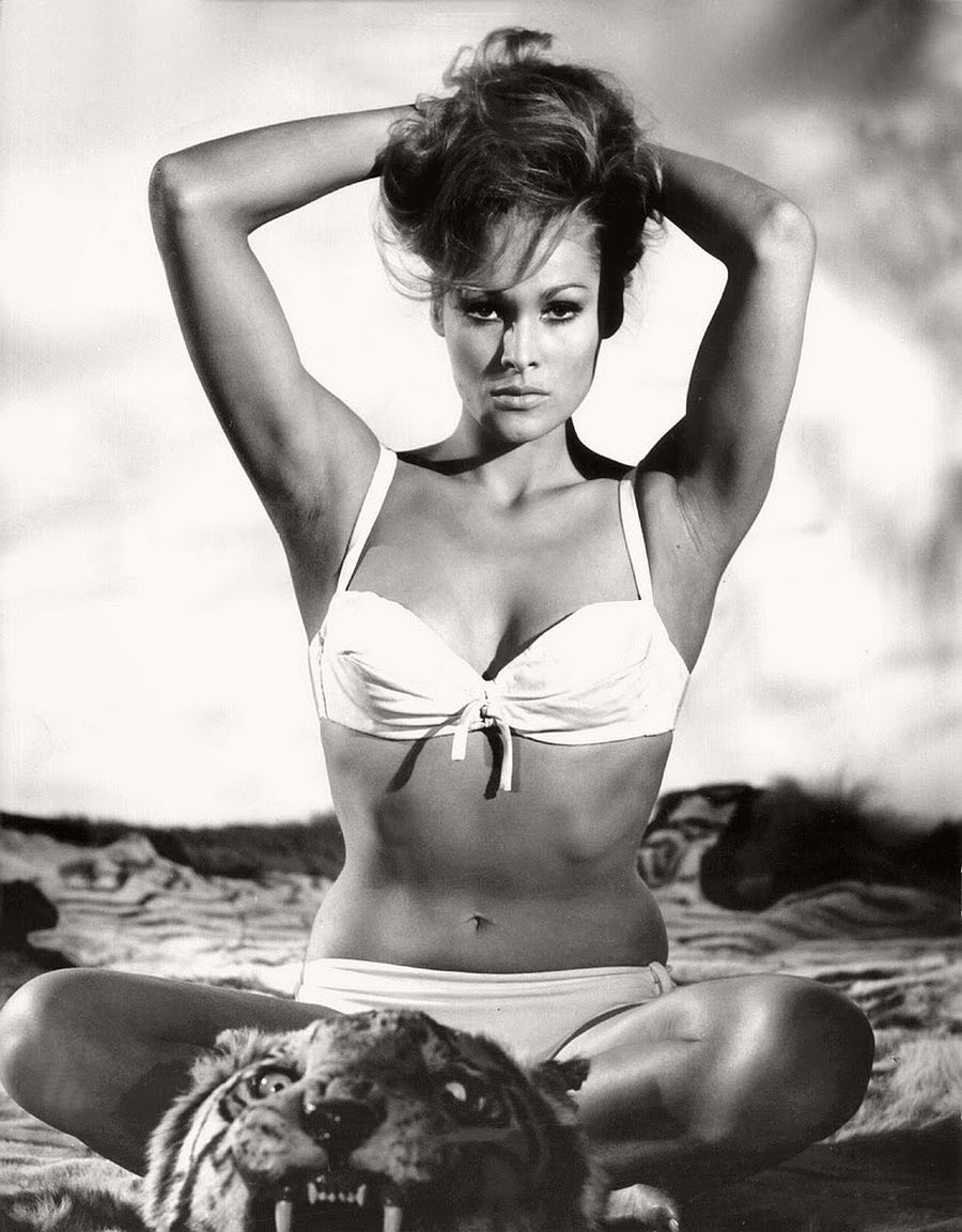 Ursula Andress-hollywood-actresses-top-20-hottest-1960s-in-bw