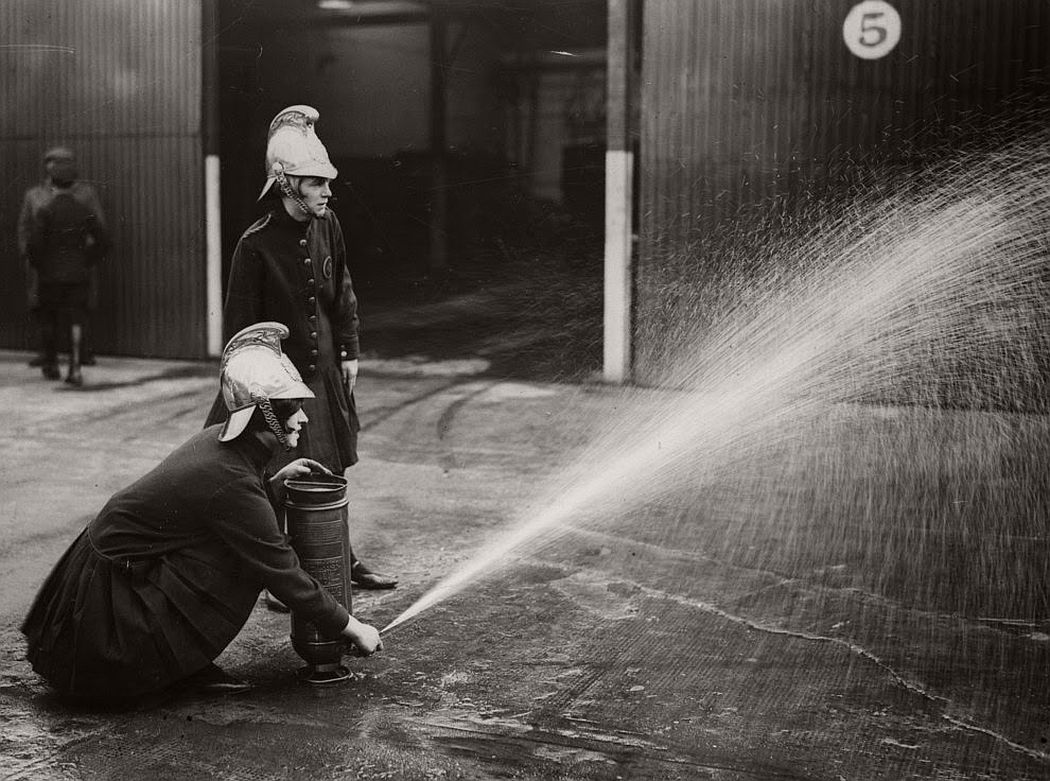 vintage-female-firefighters-1920s-and-1940s-02
