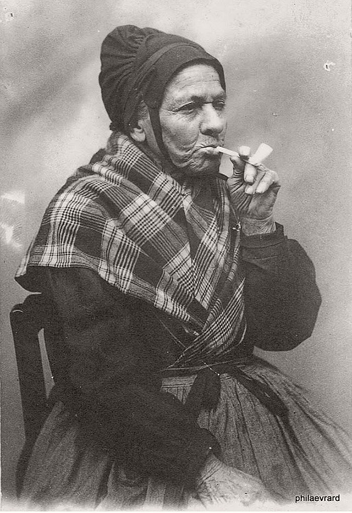 vintage-portraits-of-women-smoking-pipes-1900s-17