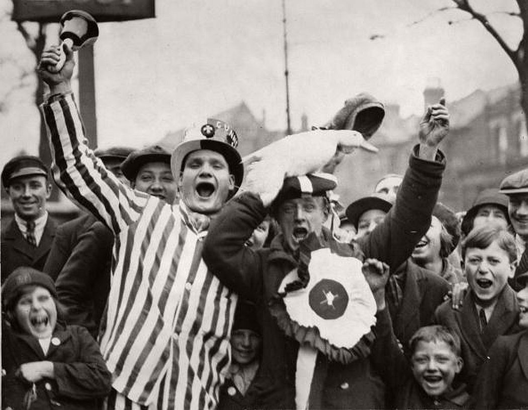 UNSPECIFIED - APRIL 26: Cheering soccer fans with a duck, London, England, Photograph, April 26th 1930 (Photo by Imagno/Getty Images) [Jubelnde Fu?ballfans des FC Arsenal mit einer Ente vor dem FA Cup Finale im Wembleystadion, London, England, Photographie, 26,4,1930]