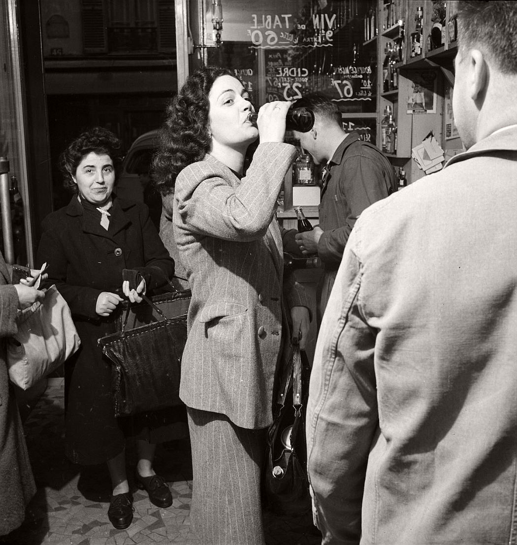 vintage-coca-cola-in-france-1950-by-mark-kauffman-02