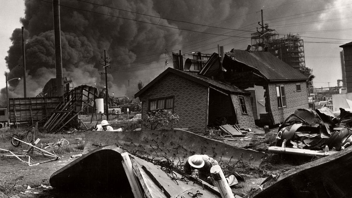 vintage-standard-oil-refinery-fire-1955-07