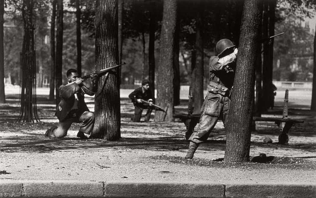 robert-capa-vintage-france-during-the-world-war-ii-06