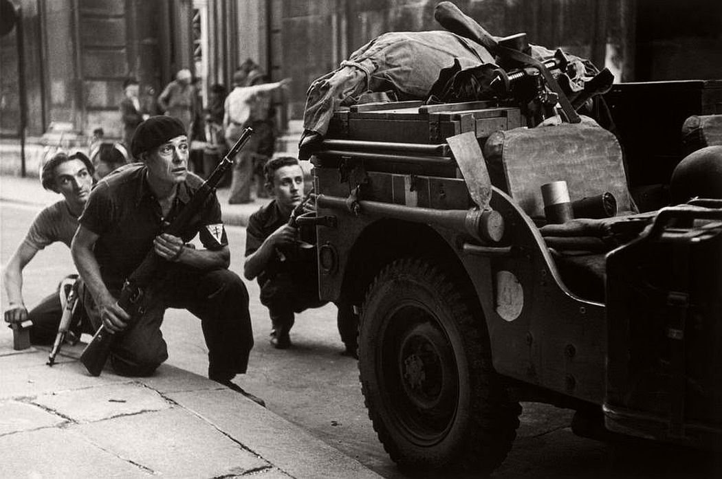robert-capa-vintage-france-during-the-world-war-ii-09