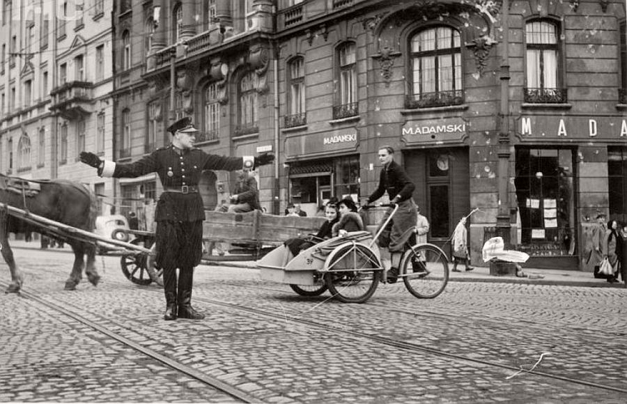 intersection-of-nowy-swiat-and-ksiazeca-streets-1940