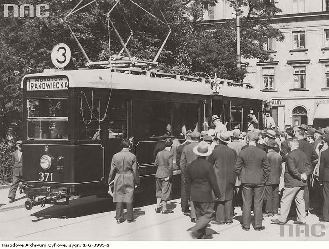 passengers-waiting-at-the-entrance-to-the-tram-line-3-warsaw-1933