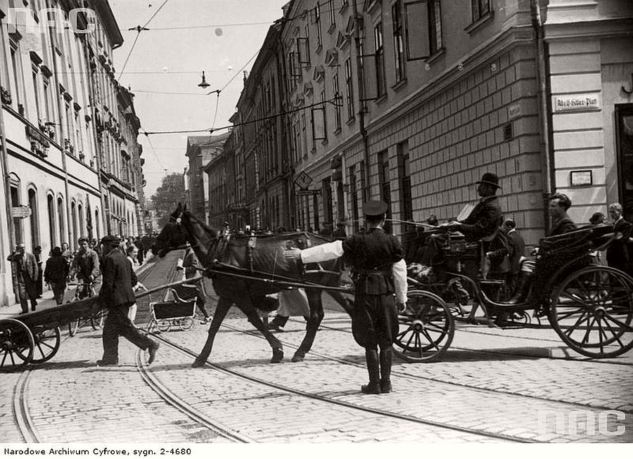 polish-policeman-directing-traffic-in-krakow-1941