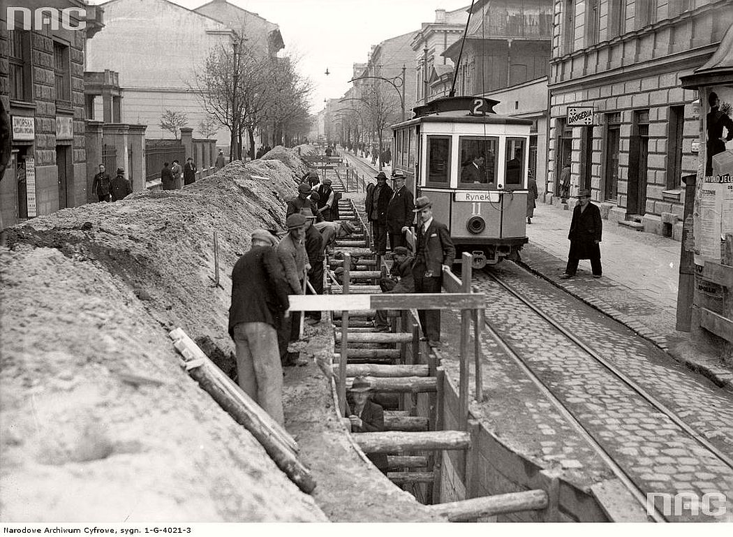 workers-building-a-new-tram-line-on-the-karmelicka-street-in-krakow-1936
