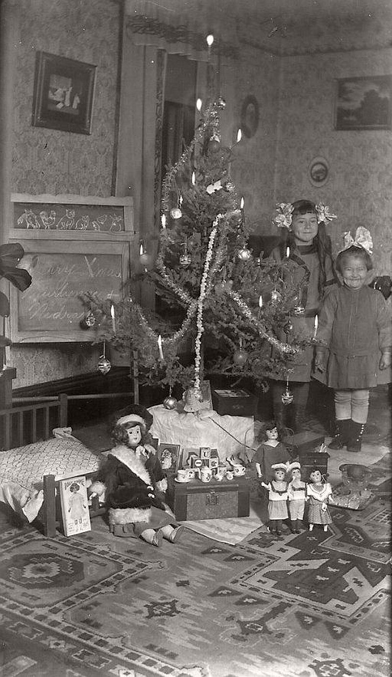 vintage-children-celebrating-christmas-1900s-early-xx-century-05
