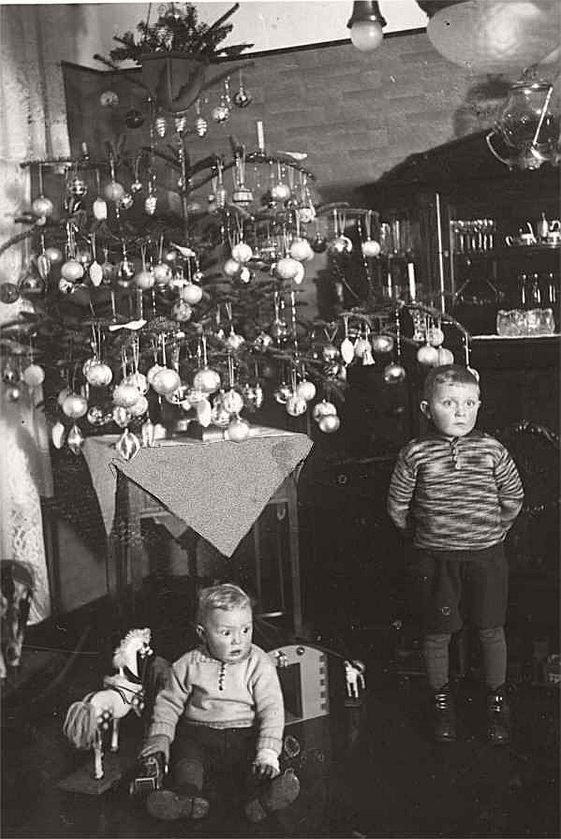 vintage-children-celebrating-christmas-1900s-early-xx-century-12