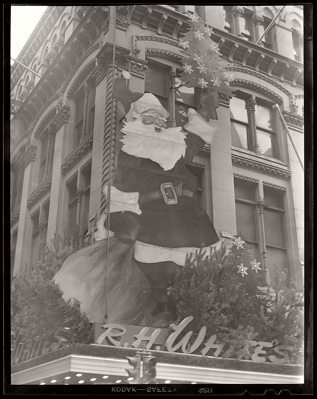 vintage-christmas-decorations-in-boston-11