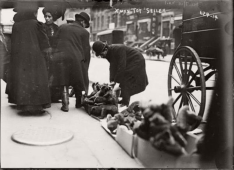 vintage-christmas-shopping-in-new-york-city-09