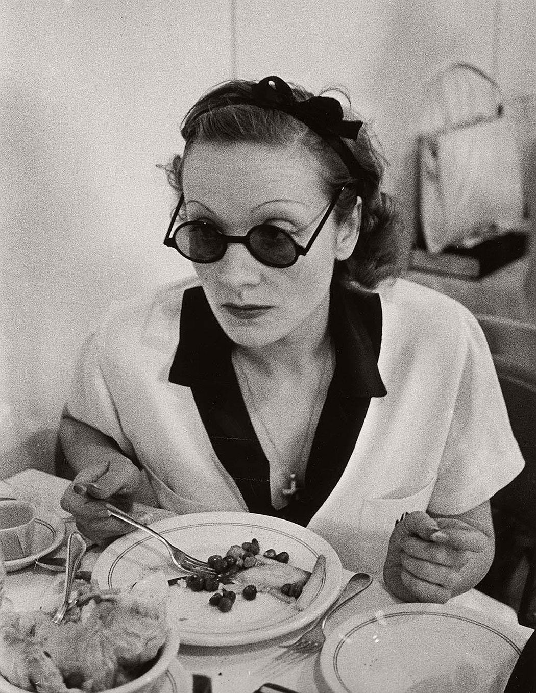 vintage-funny-bw-photos-of-celebrities-eating-02