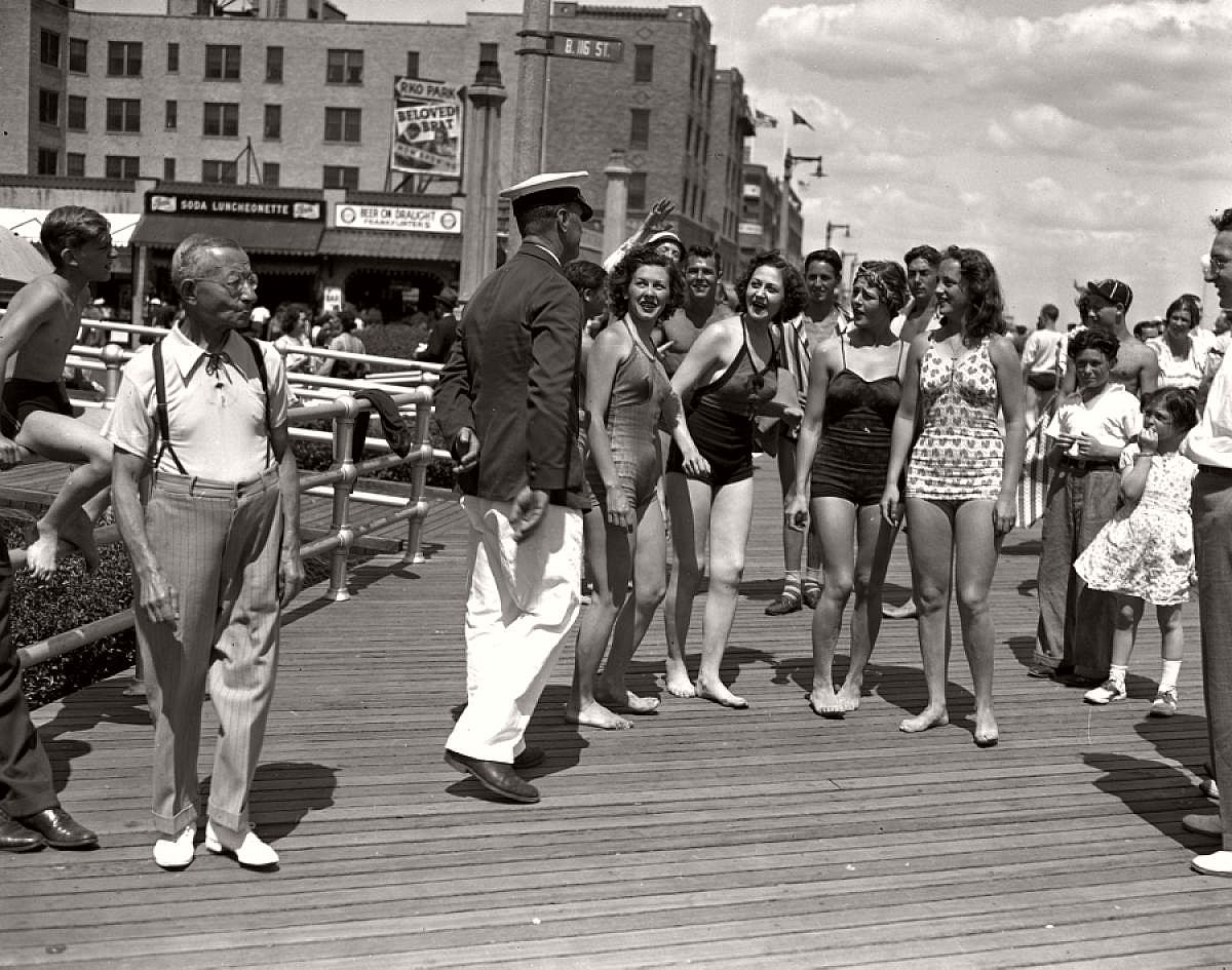 vintage-girls-in-swimsuits-new-york-city-1930s-1940s-02