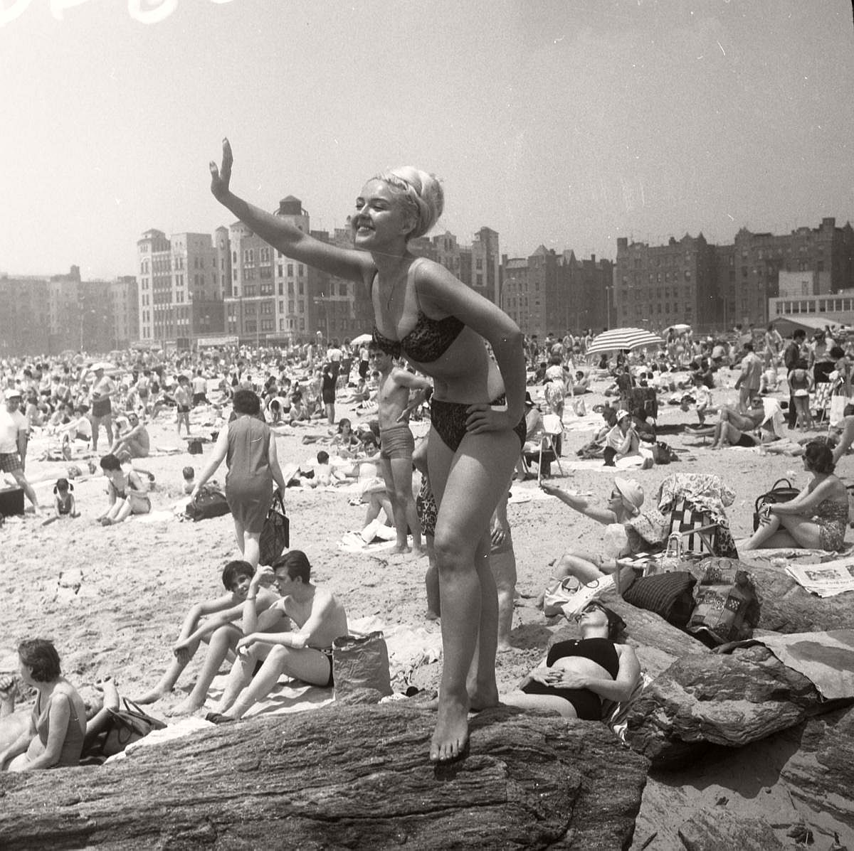 vintage-girls-in-swimsuits-new-york-city-1950s-1960s-11
