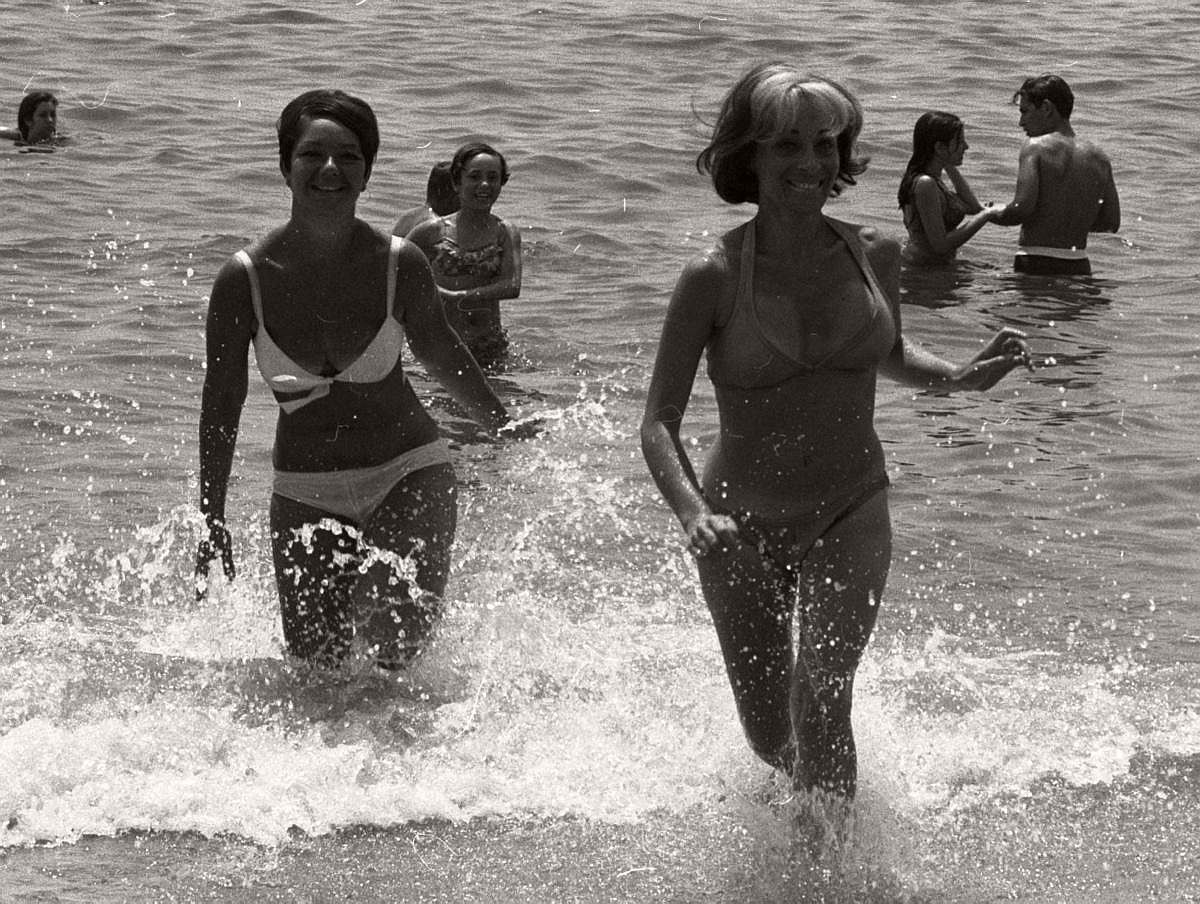 vintage-girls-in-swimsuits-new-york-city-1950s-1960s-14