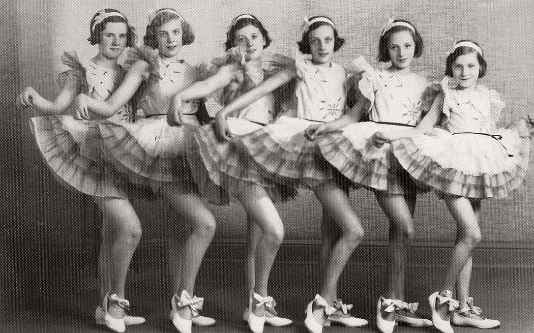 vintage-group-photos-of-dancing-girls-1910s-1930s-03