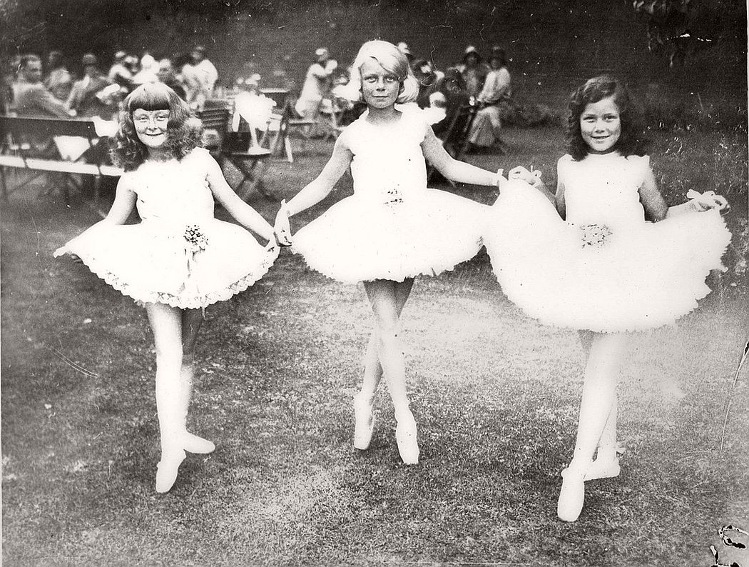 vintage-group-photos-of-dancing-girls-1910s-1930s-04