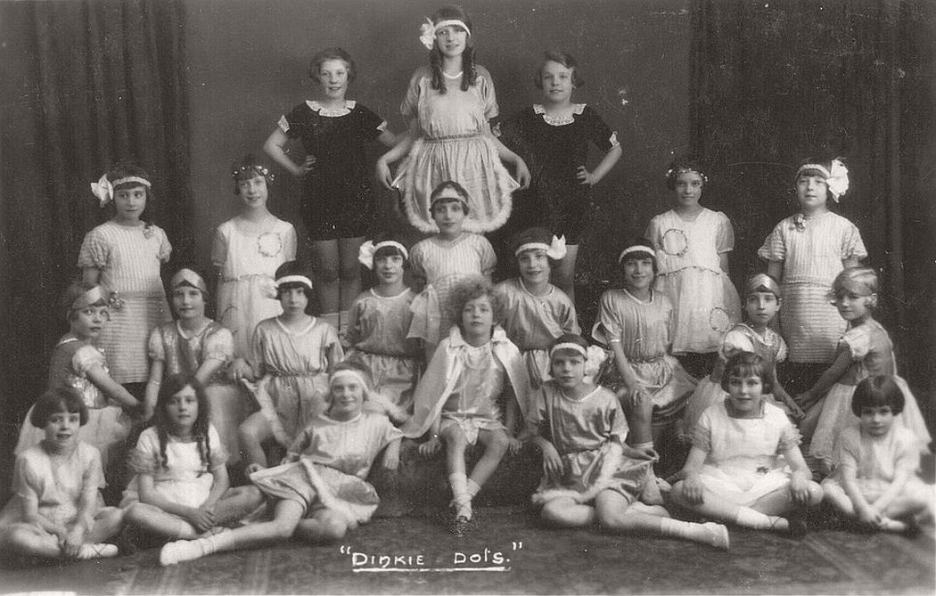 vintage-group-photos-of-dancing-girls-1910s-1930s-07