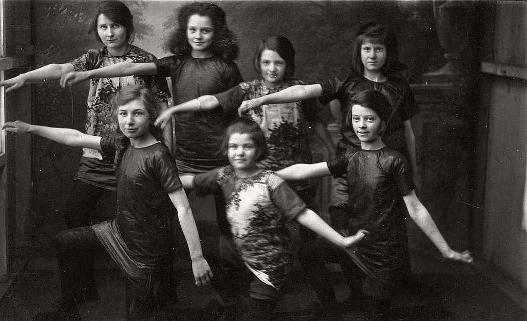 vintage-group-photos-of-dancing-girls-1910s-1930s-09
