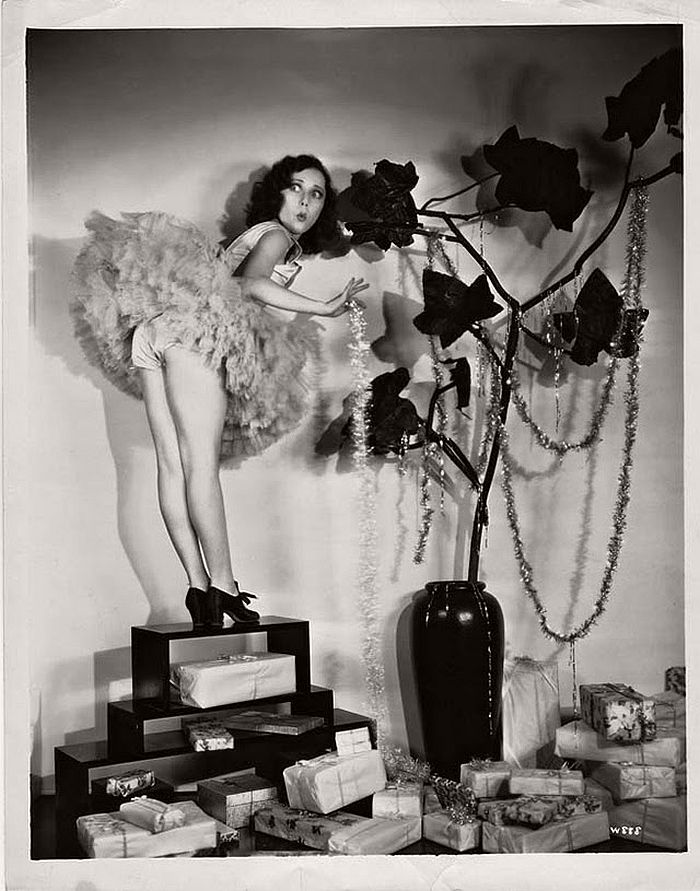 vintage-hollywood-christmas-pin-up-girls-17